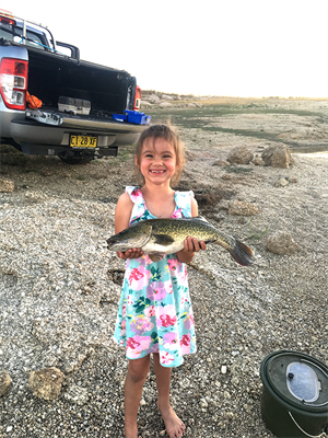 Two little'ns hanging out - 6-year old Sienna with her first cod catch at Copeton Dam_s.jpg